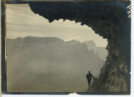 [Riprese varie delle Dolomiti e di alpinisti in arrampicata]