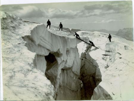 [Riprese varie di alpinisti su ghiacciai tra cui Glacier des Bossons e Mer de Glace]