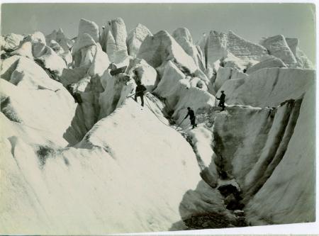 [Tre uomini sul ghiacciaio Glacier des Bosson e in ascesa sul Monte Bianco]