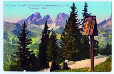 Partie am Pordoijoch (2250 m) mit Langkofelgruppe (3178 m). Dolomiten. Tirol.