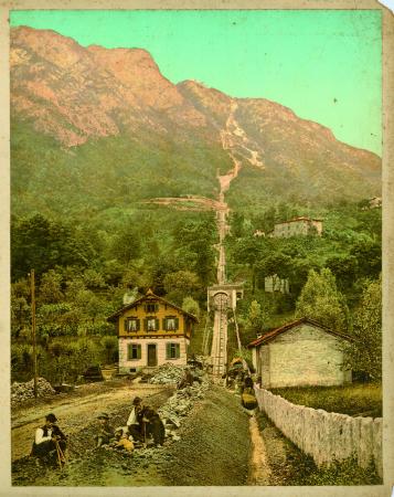 [2026 Lago di Lugano, ferrovia sul  San Salvatore, Uomini davanti a un mulino a vento]