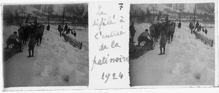 7 Le défilé à l'entrée de la de la patinoire 1924