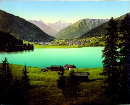 [Luogo non identificato, paesaggio con veduta di centro abitato e lago]