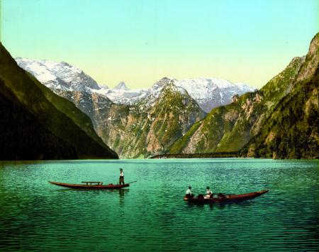 [Luogo non identificato, paesaggio con lago e tre persone in barca]