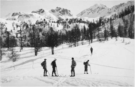 [Luogo non identificato (Alpi Cozie?): gruppo di sciatori]
