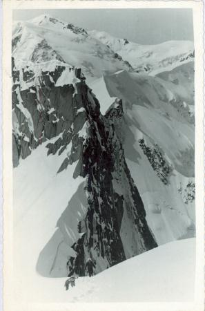 [Riprese varie di scialpinisti in ascesa al Monte Bianco]