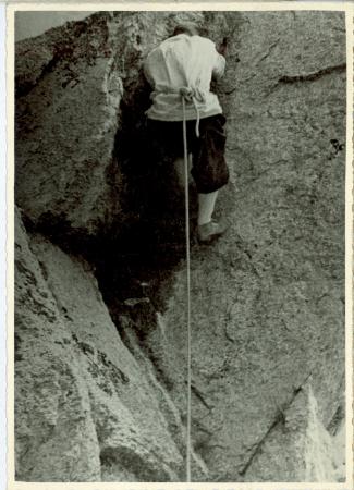 [Carlo Arnoldi durante le esercitazioni invernali e Giuseppe Gagliardone in azione su un passaggio di 4°]