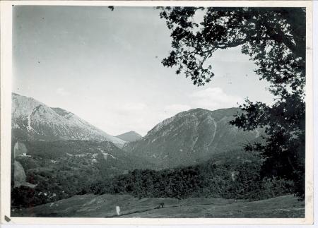 Sulla destra l'Antenna Piccola, in fondo la Mufara, a sinistra l'Antenna Grande. In basso i boschi di Volpignano e di Montaspro