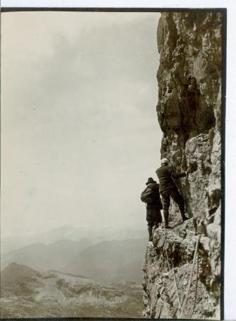 [Riprese varie: alpinisti in ascesa, ritratti di alpinisti con cane, località non identificata]