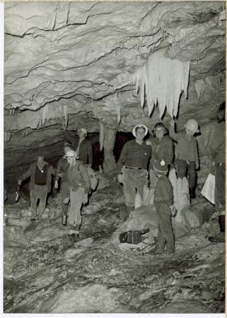 [Gruppo di visitatori in una grotta]
