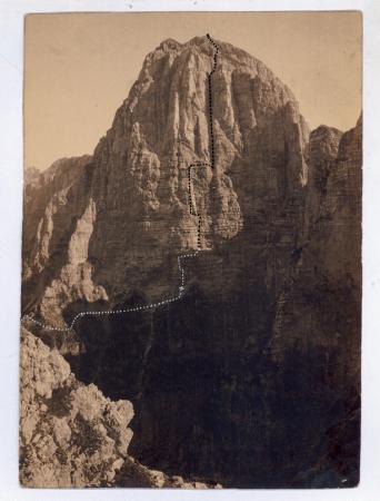 [Montagne (Dolomiti) con tracciati di scalate di Emilio Comici]