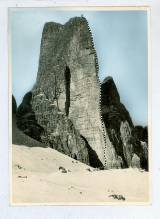 Spigolo Giallo S. dell'anticima Cima Piccola di Lavaredo, vista da ovest con il tracciato della salita