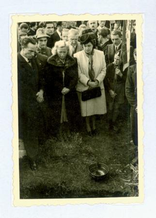 Sulla tomba di Emilio Comici a Selva di Val Gardena, 23/10/1940