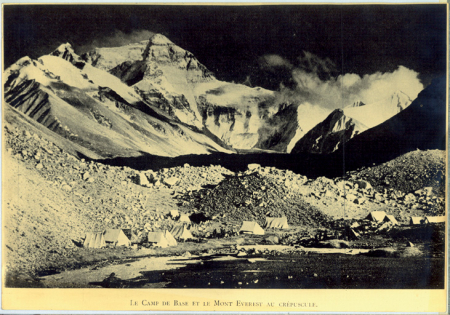 Le Camp de Base et le Mont Everest au Crépuscule.
