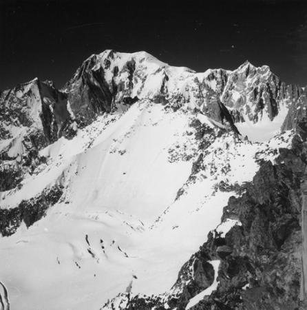 [Alpi, il Monte Bianco dal rifugio Torino: a sinistra l'Aiguille Blanche de Peuterey, a destra il Mont Maudit]