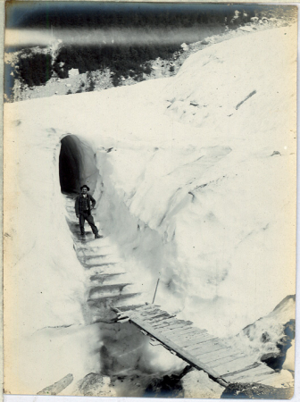 [Riprese varie di alpinisti su ghiacciai e chiesa di Chamonix-Mont-Blanc]