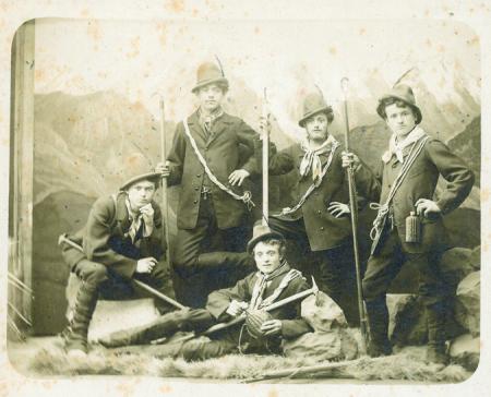 [Foto di gruppo in posa da guide alpine]
