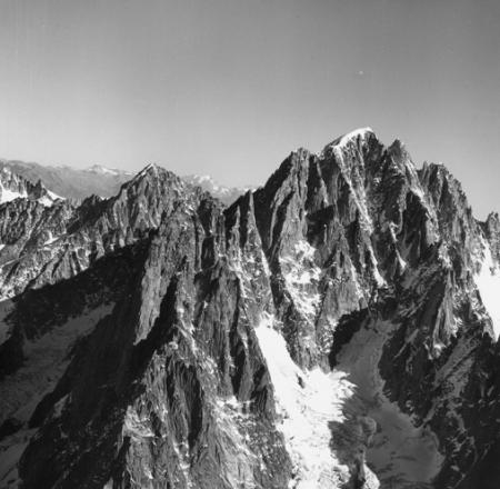 [Alpi, Gruppo del Monte Bianco, Aiguille Verte e alle spalle l'Aiguille du Chardonnet]