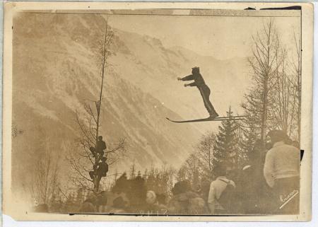 [Les Sports d'Hiver a Chamonix. Un joli saut en ski, les skieurs se faisont remorquer à la montée]