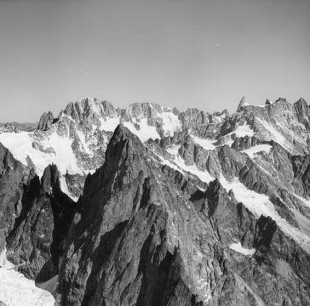 [Alpi, Gruppo del Monte Bianco, Aiguille Noire de Peutérey in primo piano]