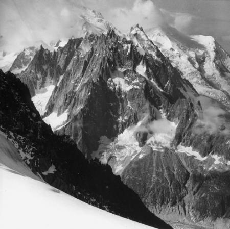 [Alpi, Aiguilles de Chamonix e sul fondo il Monte Bianco e il Dôme du Goûter]