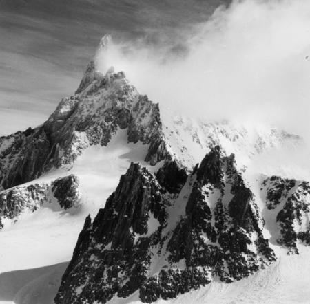 [Alpi, Gruppo del Monte Bianco, Dente del Gigante fra le nuvole e l'Aiguilles Marbrées in primo piano]