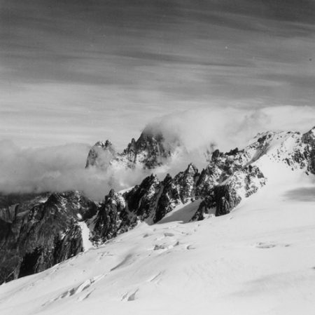 [Alpi, tra le nuvole l'Aiguilles du Dru e Aiguille Verte]