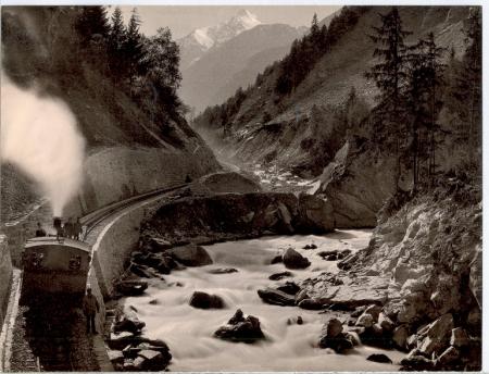 [Località non identificata: ferrovia lungo un torrente]