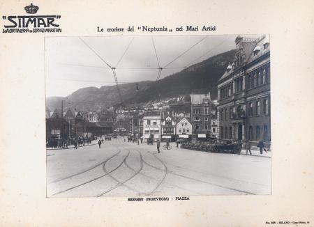 """Le crociere del """"Neptunia"""" nei Mari Artici. Bergen (Norvegia) - piazza"""