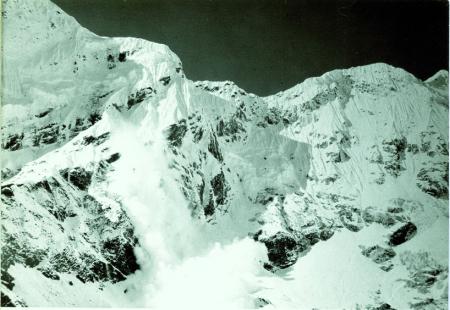 Veduta da quota 4700 circa, a ovest di Thengpo, una valanga scende dal Panayo Tippa, a destra la cima quota 6626, al limite destro il Pigpherago Shar
