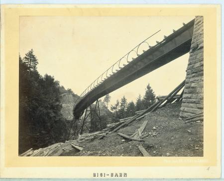 [Viadotto in ferro della ferrovia a cremagliera che conduce al Rigi. Veduta dal basso]