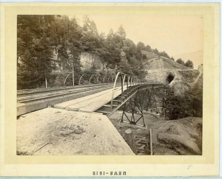 [Viadotto in ferro della ferrovia a cremagliera che conduce al Rigi]