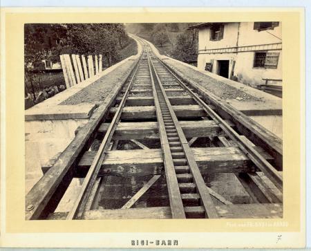 [Veduta ravvicinata delle rotaie del viadotto in ferro della ferrovia a cremagliera che conduce al Rigi]