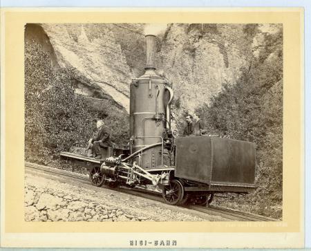 [La prima locomotiva della ferrovia a cremagliera che conduce al Rigi]