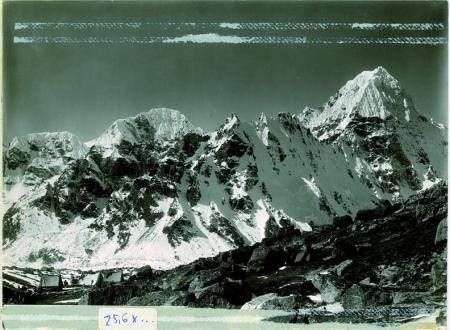 Accampamento e montagna superba sui contr. occ. del Kangchenjunga, visto dal versante ovest dal lato destro del ghiacciaio Kauchim a 5000 m.