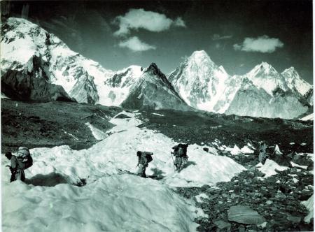 Gasherbrum, veduta portatori sul ghiacciaio