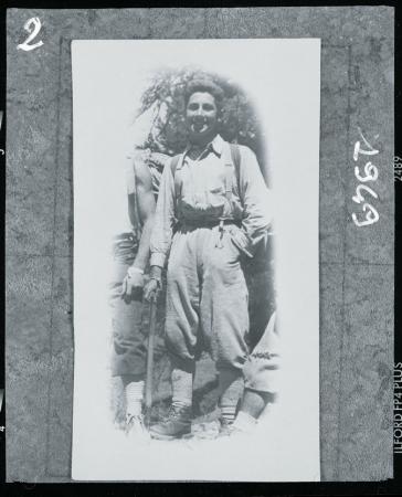 [Walter Bonatti di ritorno dalla parete Ovest dell'Aiguille Noire de Peuterey, 1949 ]