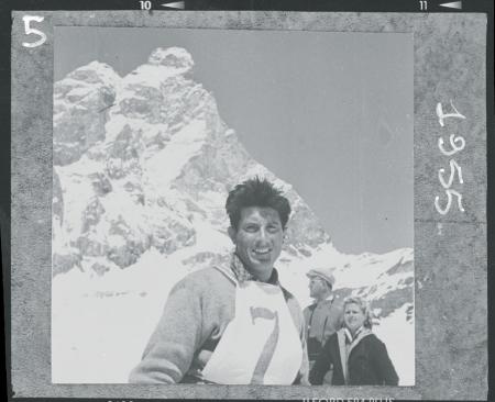[Walter Bonatti durante una gara di sci a Cervinia, 1955]