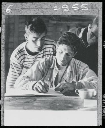 [Walter Bonatti al rifugio Charpoua con Lucien Berardini dopo la salita solitaria al Pilastro Sud-Ovest del Petit Dru, 1955]