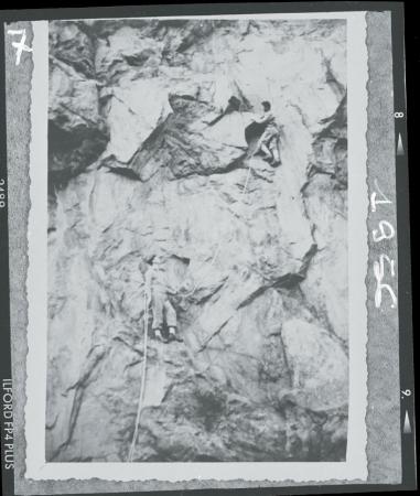 [Walter Bonatti in arrampicata alla palestra di Avigliana con Gianni Vattimo, 1956]