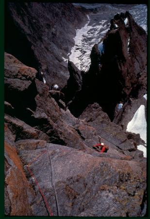 [Walter Bonatti conduce l'amico-cliente Roberto Gallieni sulla cresta Sud dell'Aiguille Noire de Peuterey, 1960]