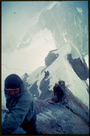 [Pilone Centrale del Frêney, in primo piano Andrea Oggioni, sotto Pierre Mazeaud e altri due alpinisti francesi, luglio 1961]