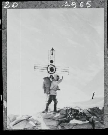 [Walter Bonatti accanto alla croce di vetta del Cervino al termine della nuova, grandiosa via in solitaria invernale sulla parete Nord, 22 febbraio 1965]