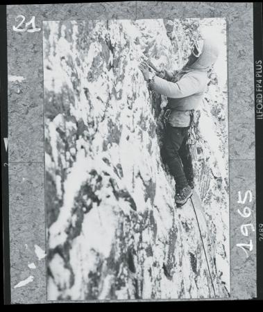[Walter Bonatti a Zermatt dopo l'ascensioine solitaria invernale sulla Nord del Cervino: scatto di un fotoreporter per documentare la grande scalata invernale, febbraio 1965]