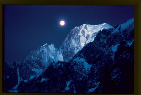 [Notte di luna piena al Monte Bianco. La fotografia fu scattata da Walter Bonatti durante un'ascensione sulle Grandes Jorasses, dai Rochers du Reposoir, estate 1966]