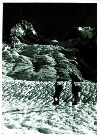 [Rahozon Zom, ghiacciaio. Nella zona di primo piano al sole veduta del crepaccio con un dislivello di 1000 m. La piccola piramide di neve in secondo piano è la cima Nord, Qala-i Panja, a destra quella Sud. In primo piano Helga e Rudolf Lindner]