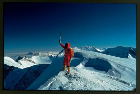 [Antartide, Quadrante Neozelandese, Royal Society Range: Walter Bonatti sulla cima del Mount Hooker; sullo sfondo una miriade di cime vergini, novembre-dicembre 1976]