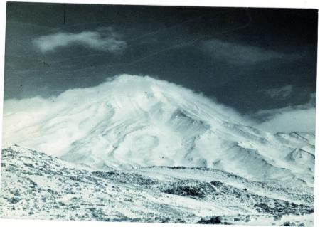[Damavand. La più alta montagna persiana, un vulcano, per gran parte coperto di nuvole o neve]