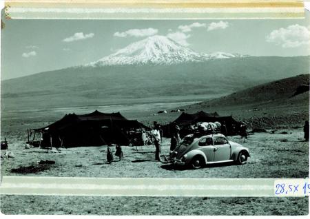 [Ararat. Veduta di un campo nomade curdo, sull'altipiano anatolico. Sullo sfondo la cima chiamata anche Büyük Agri-Dag]
