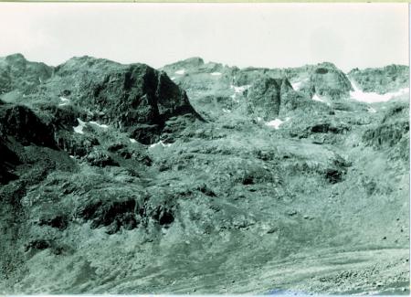 [Veduta della Cima del Colatoio (2950 m) da nord e delle cime a quota 3140 m, 2966 m, 3150 m]